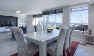 מטבח עם שולחן אוכל וחלונות