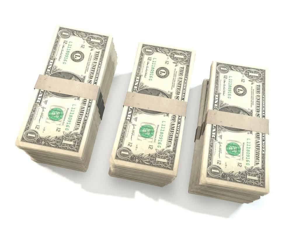 3 חבילות של דולרים