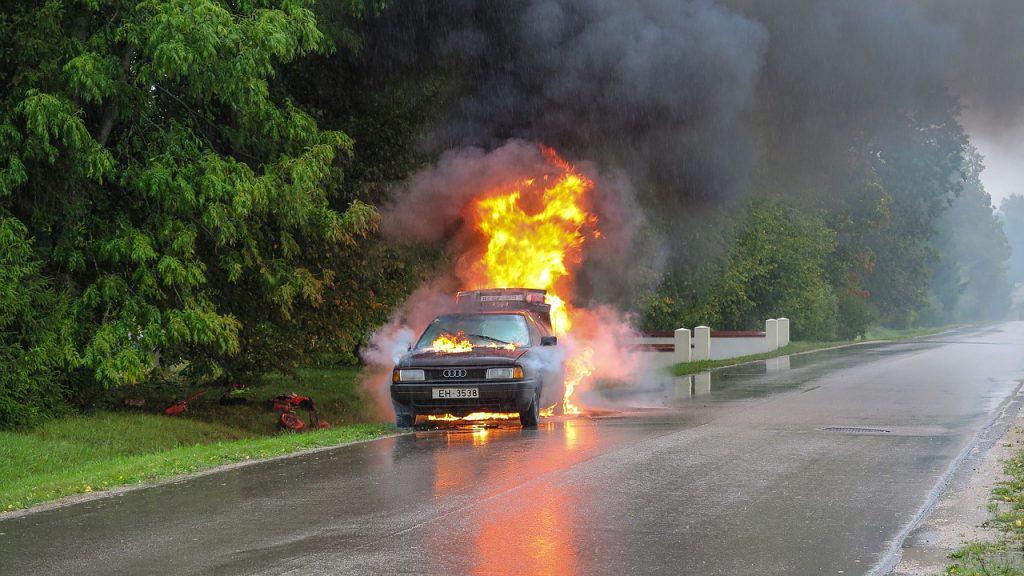 רכב עולה באש